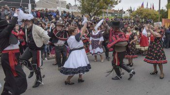 La colectividad chilena celebró el 208° aniversario de su patria con cueca sobre la avenida Rivadavia.