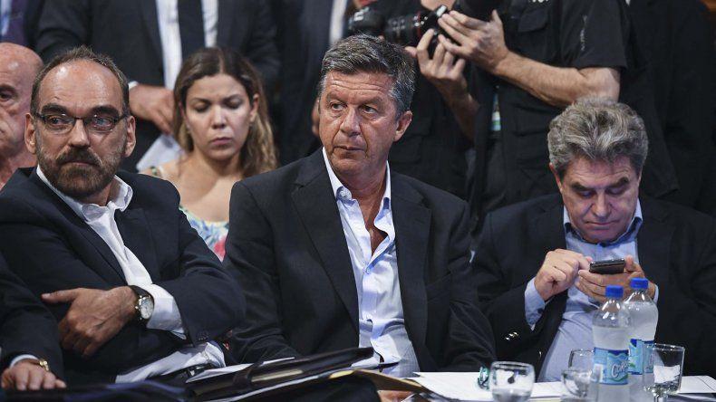 Gustavo Menna -centro- muestra reparos para con los recortes que Macri proyecta para la Patagonia.