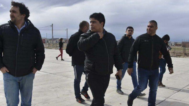 El intendente Carambia y Claudio Vidal recorrieron ayer el barrio de viviendas donde residen familias petroleras