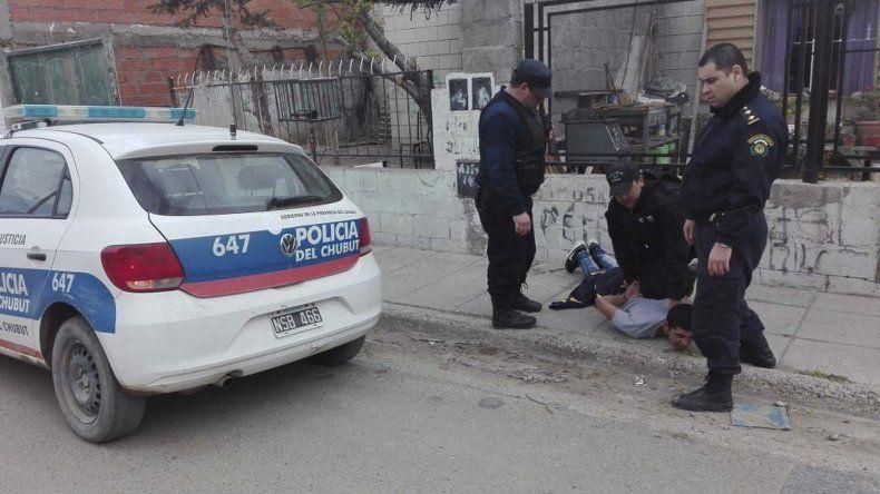 El momento en que personal policial atrapa al sospechoso.