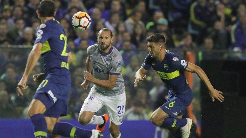 Hernán Barcos intenta llevarse el balón ante la marca de Carlos Izquierdoz y Lisandro Magallán.