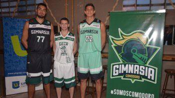 El capitán Diego Romero, el base Carlos Manuel Buendía y el ala pivote Franco Giorgetti lucen las nuevas camisetas que utilizará Gimnasia y Esgrima.