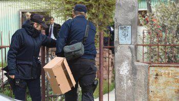La policía al intervenir durante la mañana del viernes 14 de septiembre en la vivienda donde fue asesinado Pascual Carrizo.
