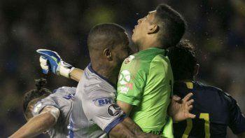 El brasileño Dedé salta y golpea fuertemente con la cabeza al arquero Esteban Andrada.