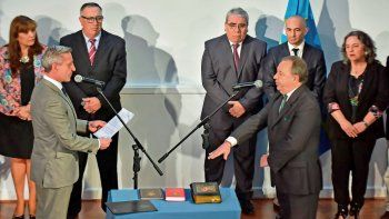 El gobernador al tomar juramento ayer a Arzani y otros nuevos integrantes del gabinete chubutense.