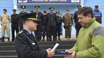 El comisario Maximiliano Moreno, hizo entrega de presentes recordatorios a quien fuera el primer jefe de esa dependencia, Dante Camposano.