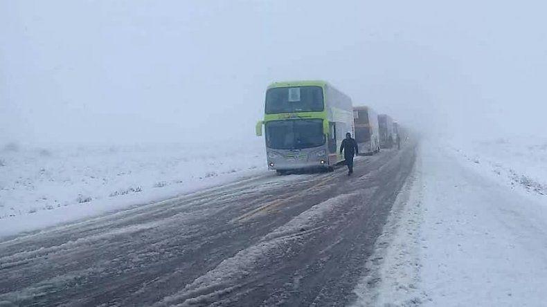 Acumulación de hielo y nieve en las rutas