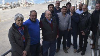 Parte de las autoridades portuarias, funcionarios municipales y personal que recibió presentes recordatorios en el acto alusivo al vigésimo aniversario de Caleta Paula.