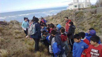 Alumnos del cuarto grado de la Escuela N° 74 participaron de una caminata por un sendero interpretativo de la flora patagónica organizada por la Supervisión Municipal de Turismo.
