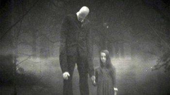 Según se cuenta, Slender Man es una aterradora figura, muy alta y delgada, con brazos anormalmente largos, que no tiene rostro y persigue y secuestra a jóvenes.