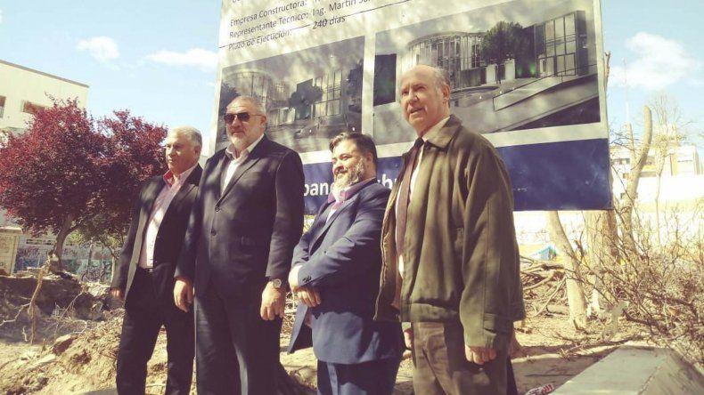 Autoridades del Banco Chubut en el predio donde se remodelará la institución en la ciudad de Trelew.