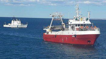 prefectura asistio un buque en emergencia por ingreso de agua