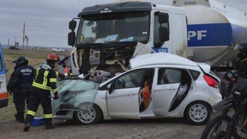 Las víctimas viajaban en un Ford Fiesta Kinetic que fue embestido en su lateral derecho por el camión de transporte de combustible.
