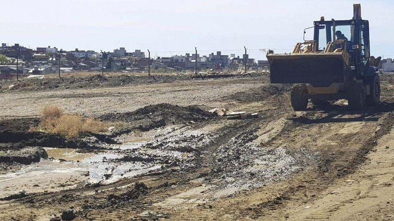 Máquinas viales del municipio estuvieron afectadas esta semana a reacondicionar las calles de tierra del barrio Patagonia.