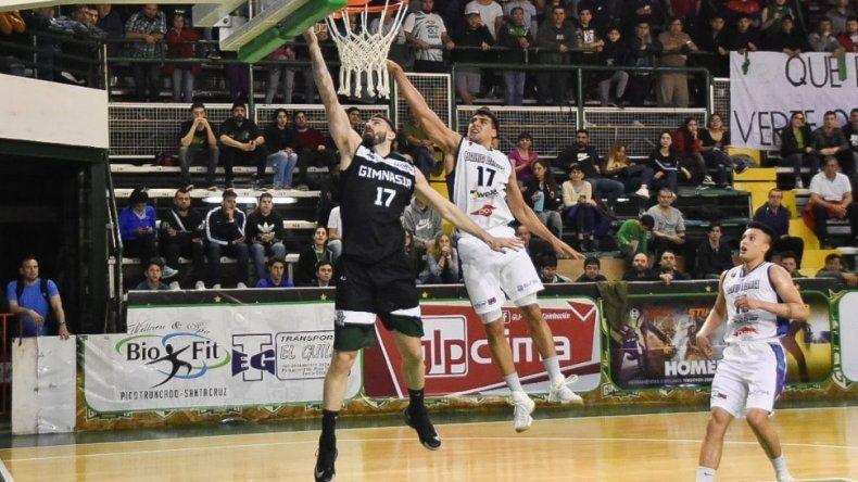Sebastián Vega llega y anota en bandeja en el triunfo de Gimnasia ayer ante Weber Bahía Basket. Foto: Prensa Gimnasia.