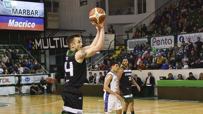 Lucas Pérez intenta un lanzamiento de tres puntos en el partido que Gimnasia le ganó a Weber Bahía Basket.