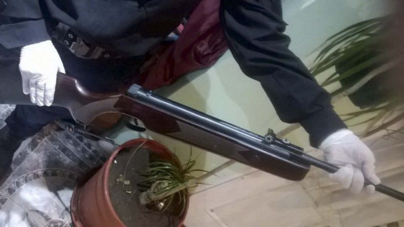 El rifle de aire comprimido que se incautó en los allanamientos.