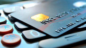 Encontró una tarjeta de crédito y se gastó 50 mil pesos en objetos de lujo