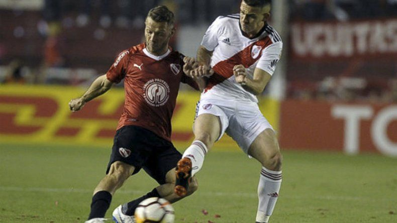 Nicolás Domingo disputa el balón con Rafael Borré en el partido de ida jugado en Avellaneda que terminó sin goles.