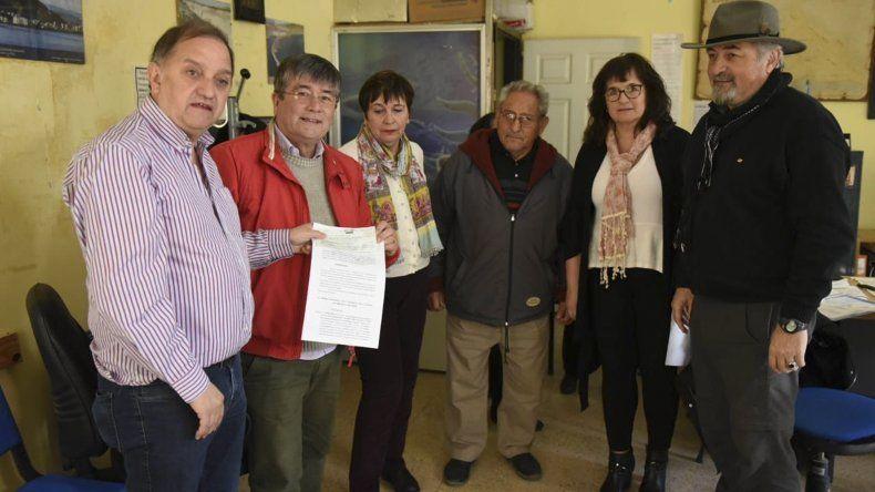 Linares entregó ayer un subsidio al Centro de Jubilados y Pensionados del Petróleo.