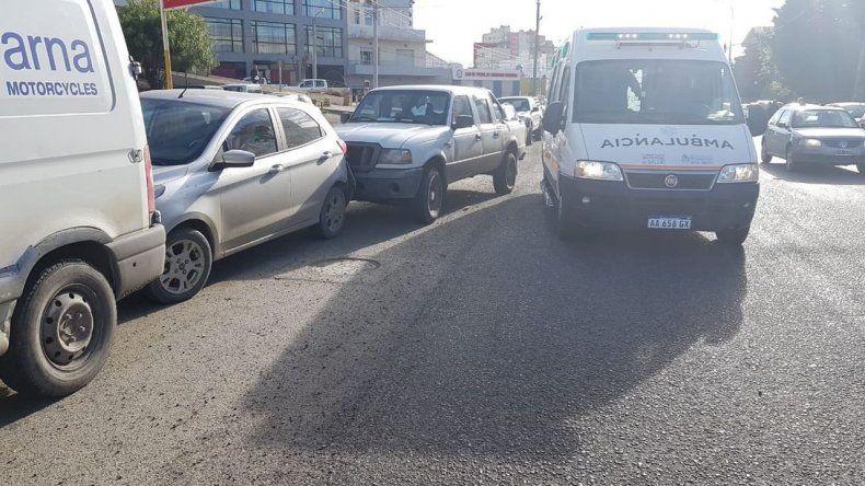 Un conductor se descompensó y chocó dos vehículos