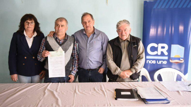 Linares entregó un subsidio a la Asociación de Fomento Malvinas Argentinas