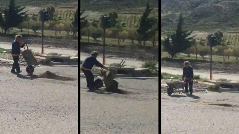 Vecino de Kilómetro 3 comenzó a tapar baches por sus propios medios