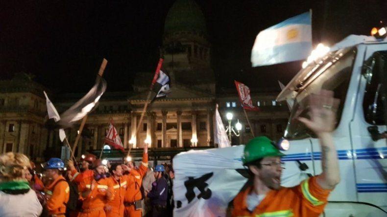Los trabajadores de YCRT se manifestaron frente al Congreso