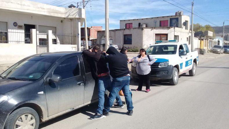 Detienen a dos personas con pedido de captura