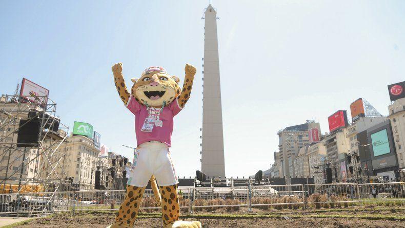 La mascota Pandi y de fondo el Obelisco donde hoy quedarán inaugurados los Juegos Olímpicos de la Juventud.