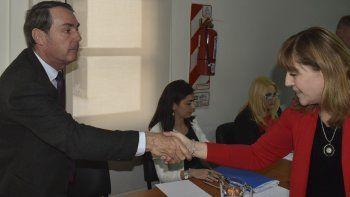 La jueza federal Marta Yáñez saluda al único testigo que compareció ayer en audiencia, el capitán de navío (RE) Daniel Chaluleu.