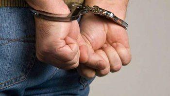 un hombre de 52 anos fue detenido cuando se masturbaba afuera de un colegio