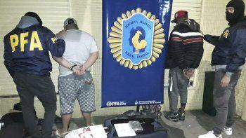Los dos sospechosos detenidos en el exterior de la terminal de ómnibus de Comodoro Rivadavia con una valija que contenia casi siete kilos de cocaína de máxima pureza.