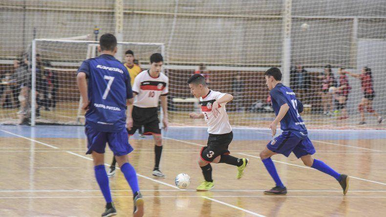 El fútbol de salón promocional despliega partidos correspondientes al torneo Clausura.