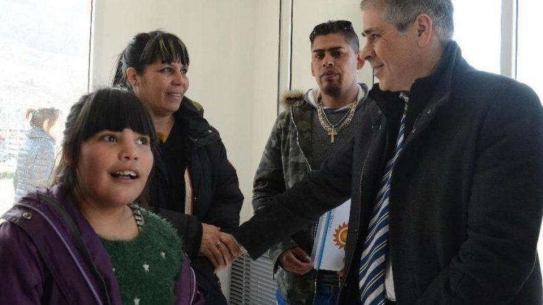 Seis familias recibieron en el acto central las llaves de flamantes viviendas y luego acudieron a visitarlas en compañía del vicegobernador Pablo González.
