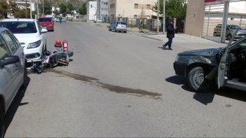 un motociclista sufrio una fractura expuesta en un choque con un auto
