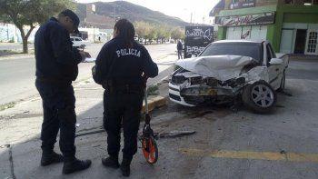 La Volkswagen Saveiro resultó con graves daños en su carrocería después de impactar contra un Renault Logan en Kennedy y Clarín. Su conductor fue hospitalizado.