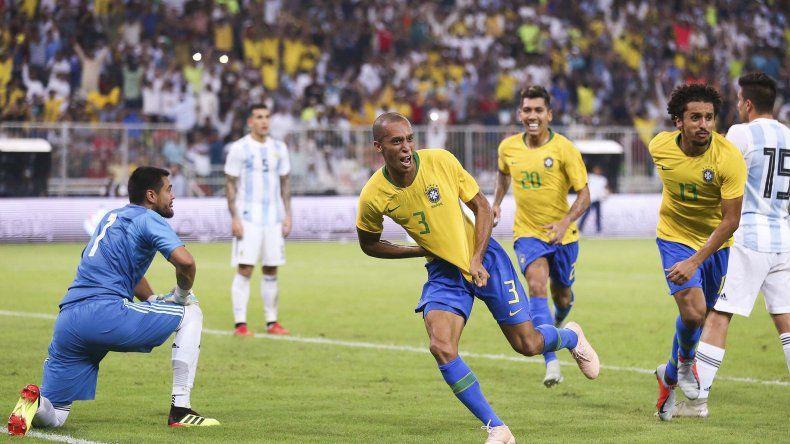 Miranda se anticipó a Sergio Romero para marcar de cabeza el único gol del partido con que Brasil venció en el final a la Argentina.