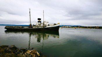 invertiran $13 millones para salvar al barco convertido en postal de ushuaia