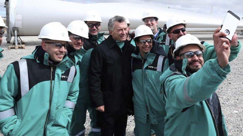 El presidente Mauricio Macri al fotografiarse ayer con un grupo de trabajadores de YPF en el yacimiento petrolero de Manantiales Behr.