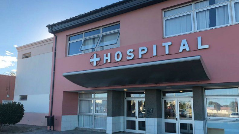 Una mujer falleció en el Hospital y sus hijos fueron a buscar a la médica con armas