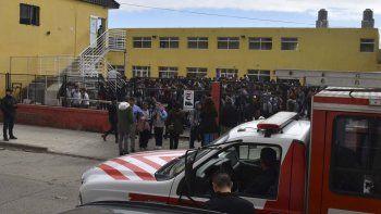 Mientras los alumnos fueron evacuados inicialmente hacia el patio abierto, arribó una dotación de bomberos.