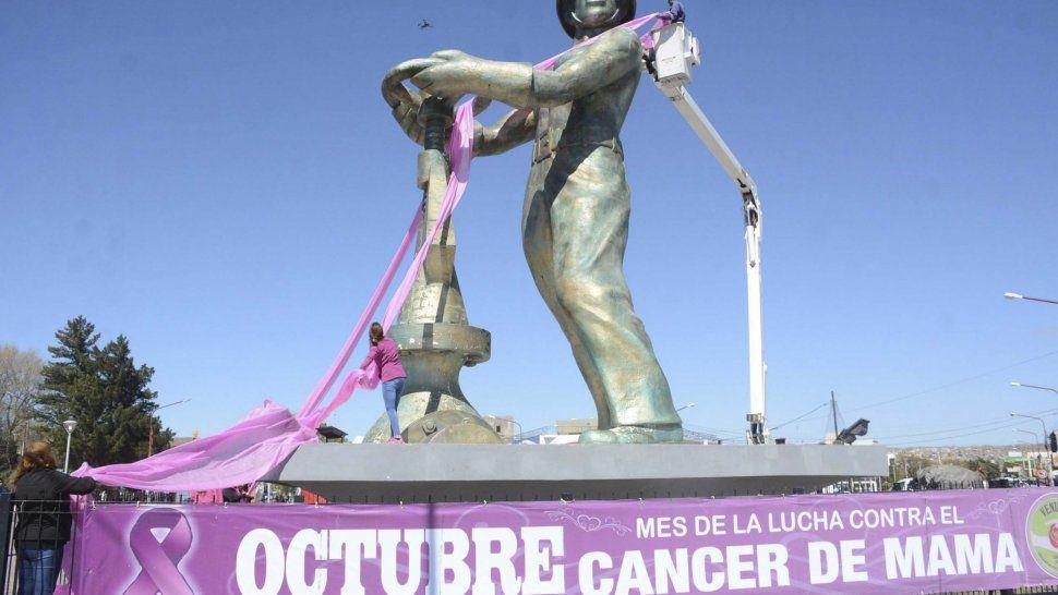 Un lazo rosado de grandes dimensiones, al igual que una pancarta, fueron colocados en el Gorosito en adhesión a la lucha contra el cáncer de mama.