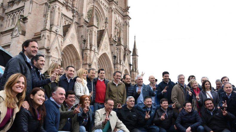 Los dirigentes que convocaron a la marcha se fotografiaron frente a la basílica.