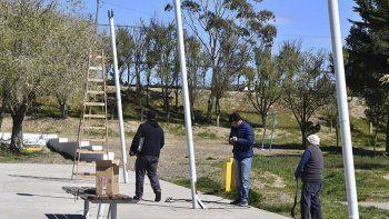 Personal de la Secretaria de Servicios Públicos ya instaló 18 reflectores en la Plaza Malvinas Argentinas.