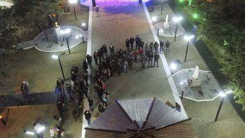 En homenaje a la madres, la comisión de fomento inauguró un nuevo sistema de luminaria en la Plaza de la Mujer.