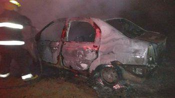 Luego de asaltar al remisero y robarle el auto, los delincuentes le prendieron fuego en el Cordón Forestal.