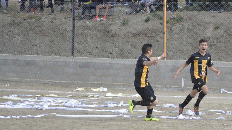 Tobias Davis López y el desahogo por el gol en el final frente a Próspero Palazzo.
