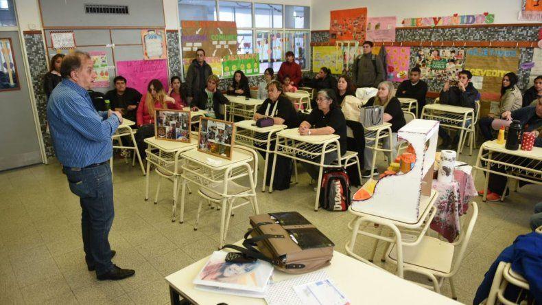Linares visitó a un grupo de alumnos emprendedores de la Escuela 755