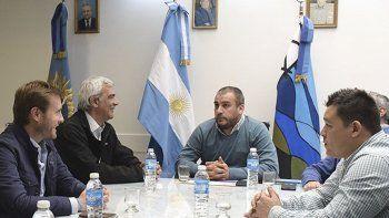 Acompañado por los diputados Terraz y Bucci, el intendente Prades recibió a directivos de YPF encabezados por el vicepresidente de Asuntos Corporativos, Sebastián Mocorrea.
